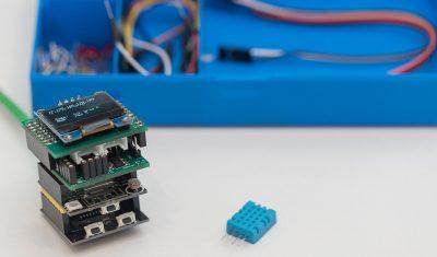 Hier siehst Du den Mikrocontroller mit allen Platinen, außerdem die komplette Box im Hintergrund (sowie den kleinen blauen DHT11-Sensor)